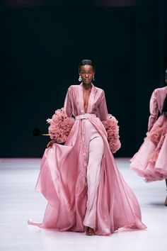 runway fashion Lagos Fashion Week 2019 is officially underway off with top designers from across the continent showing their collections on the runway for the Spring/Summer 2020 season. Top Fashion, Fashion 2020, Paris Fashion, Fashion Dresses, Fashion Looks, Fashion Tips, Style Fashion, Classy Fashion, Fashion Jewelry