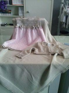 Vestido tira bordada rosa y topo Gran Lei sobre toquilla topo Gran Lei Kids Dress Clothes, Doll Clothes, Little Girl Fashion, Boy Fashion, Little Girl Dresses, Girls Dresses, Knit Baby Dress, Beautiful Baby Girl, Baby Sweaters
