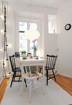 Simple and charming Simple dining room Black and whitw ldining room Small and charming dining A table for four. Small Rooms, Small Spaces, Home Living Room, Living Spaces, Denmark House, Dining Nook, Interior Decorating, Interior Design, Small Dining