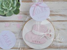 GALLETA DECORADA MODELO PATUCO BEBÉ Galleta artesana de mantequilla con forma redonda de aprox. 7cm y decorada en fondant con detalle de patuco de bebé. Presentación individual en bolsita transpare…