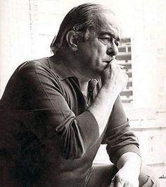 """Vinicius de Moraes (1913-1980) fue una figura capital en la música popular brasileña contemporánea. Es el compositor de la famosa canción de bossanova Garota de Ipanema (en español, """"La Chica de Ipanema"""").  Como poeta escribió la letra de un gran número de canciones que se han convertido en clásicas. Como intérprete, participó en muchos discos. También fue diplomático de Brasil."""