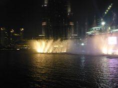 De grootste dansende fontein ter wereld De Dubai Fountains.  #grootstefonteinterwereld #dansen  #lichtshow  #watershow #Dubai