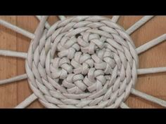 Paper Basket Weaving, Willow Weaving, Newspaper Basket, Newspaper Crafts, Diy Crafts Hacks, Diy And Crafts, Paper Mache Sculpture, Macrame Tutorial, Wire Crafts