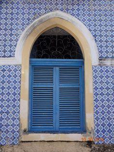 Janela azul. Azulejos antigos. João Pessoa - Brasil