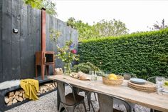 Strandtuin met terrastegels van GeoCeramica® Outdoor Rooms, Outdoor Dining, Outdoor Gardens, Outdoor Decor, Headboard With Shelves, Paving Ideas, My Secret Garden, Water Garden, Garden Inspiration