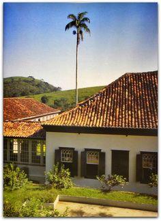 A casa da Fazenda São Fernando (Vassouras)   Com duas alas em forma de L vista do fundo unidas por um belo jardim de inverno. A ala social contem o salão e os quartos de hóspedes e a área de serviço. Na outra parte fica a parte privada da família.  http://sergiozeiger.tumblr.com/post/108922939253/fazenda-sao-fernando-vassouras-situada-a-menos