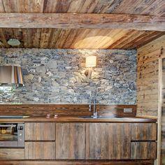 уютный и оригинальный интерьер дизайнерского дома в итальянских Альпах, отделка и обстановка - из натурального дерева и камня, эффектные детали и декор