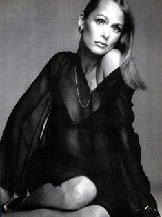 Lauren Hutton in a chiffon caftan by Halston. (US Vogue, April Richard Avedon) - she knew how to pose her body & Avedon knew how to photograph ANYONE! Lauren Hutton, Richard Avedon, 70s Fashion, Fashion Models, Vintage Fashion, Vintage Vogue, India Fashion, High Fashion, Linda Evangelista