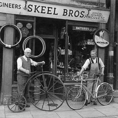 Vintage photo Old bicycle shops, London & UK. Photo b/w. Oldie, old bikes, cool wheels, history. Velo Retro, Velo Vintage, Vintage Cycles, Vintage Sport, Old Bicycle, Bicycle Shop, Old Bikes, Bike Shops, Old Pictures
