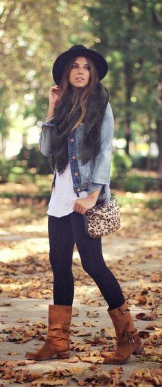 Herbst - casual - schwarze Skinny-Jeans, weißes Oberteil, Jeansjacke, Fedora, braune Stiefel