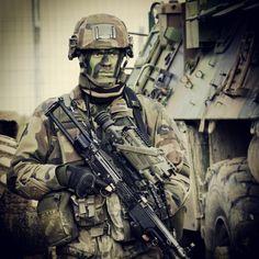 """#Soldat français lors de l'exercice #DECAZUB armé d'une mitrailleuse """"Minimi"""" 7.62 (FN Herstal) équipée d'une lunette thermique """"Félin"""" Sword T&D (de technologie IR non refroidi) fabriquée par #Sagem. Crédit : Stéphane Gaudin. #Armées #fantassin #Combat_urbain #CENZUB. WWW.THEATRUM-BELLI.ORG : L'ESPRIT CITOYEN DE #DÉFENSE"""