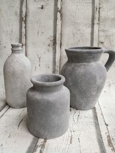 Flessen, vazen, bloempotten met betonlook kan je alle kanten op. Met de zachte kant van een schuurspons, kwast of gewoon je handen (structuur bij verschillende methodes varieert) muurvuller (kant en klaar, Action) aanbrengen op fles, pot, schaal o.i.d. Dan decoverf (Action) kleur naar smaak op droge muurvuller aanbrengen. Als de verf erop zit en nog nat is met een schuursponsje bloem er deppend opbrengen . Als alles goed droog is zachtjes met de hand het eventueel teveel aan bloem eraf vegen