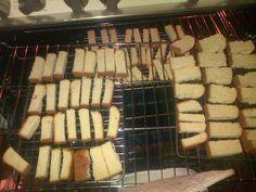 Stien Rust Karringmelkbeskuit (Ma Joyce) 3 pakke SR meel kg) koppie suiker 3 eiers 500 gr smeer 1 teelepel koeksoda 1 tee. South African Dishes, South African Recipes, Buttermilk Rusks, Rusk Recipe, Teapot Cake, Mushroom Pork Chops, All Bran, Dinner Rolls, Cute Cakes