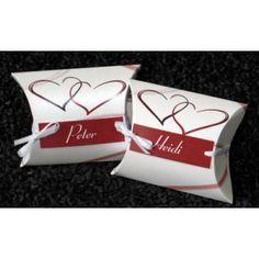 Hochzeitsgastgeschenk mit Namen und schönen roten Herzen.