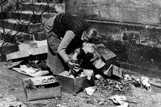 Alltäglicher Überlebenskampf: Auch diese Frau durchwühlt 1946 den Abfall auf der Straße, in der Hoffnung auf Reste von Lebensmitteln. Wie viele Menschen in Deutschland während der Kälteperiode 1946/47 an den Folgen von Frost und Unterernährung starben, ist nicht exakt zu beziffern. Nach Schätzungen von Historikern waren es mehrere Hunderttausend. Total War, Great Power, D Day, Cyprus, World War Two, Wwii, Winter, Germany, Military