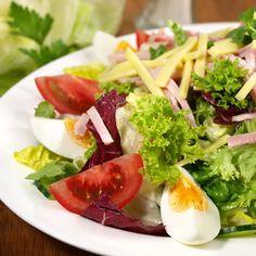 Jarní salát s vejci a řeřichou Caprese Salad, Cobb Salad, Seaweed Salad, Ethnic Recipes, Health, Food, Fitness, Ham And Cheese, Tomatoes