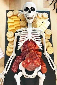 ☞❤ Halloween is a stunning time to play around with family and companions.Halloween gatherings are so much fun right? Here is a gathering of over Halloween party food that you can make for your next Halloween kids party Comida De Halloween Ideas, Recetas Halloween, Halloween Party Appetizers, Halloween Food For Party, Scary Halloween Treats, Halloween Party Ideas For Adults, Halloween Birthday Decorations, Halloween Makeup, Halloween Birthday Parties