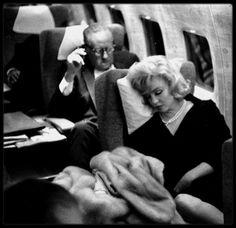 """19 Septembre 1959 / (Part V) Marilyn sortant de chez elle, valises à la main, suivi de MILLER qui l'accompagna à l'aéroport. La Fox organisa un banquet donné au """"Café de Paris"""" en l'honneur de Nikita KHROUCHTCHEV, premier secrétaire du Parti Communiste soviétique, venu visiter les studios de la Fox. Frank SINATRA fut le maître de cérémonie. Les invités furent, outre des directeurs de studio (Buddy ADLER) et des journalistes, Elizabeth TAYLOR, Debbie REYNOLDS, Judy GARLAND et Kim NOVAK…"""