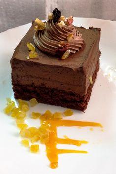 Un tort de ciocolata cu visine- delicios si usor de facut, perfect pentru orice sarbatoare. Se pot folosi visine proaspete, congelate, sau visinata. Orice, Cheesecake, Keto, Baking, Quilling, Desserts, Cakes, Food, Pie