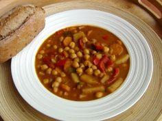 Cizrnový guláš 400g uvařené cizrny 1 litr vody (vývar z cizrny) 1 cibuli nebo jarní cibulku (kdo má rád cibuli, může dát klidně 2) 2 velké brambory 2 velké mrkve Můžete přidat i 2 pokrájená rajčata nebo lžíci protlaku, záleží na chuti. 2 červené papriky 3 stroužky česneku Na ochucení – přírodní bujón, sladkou papriku (2 lžíce) , majoránku, drcený kmín, Na zahuštění – 2 lžíce mouky Chana Masala, Lentils, Sugar Free, Crockpot, Recipies, Good Food, Food And Drink, Soup, Healthy Recipes
