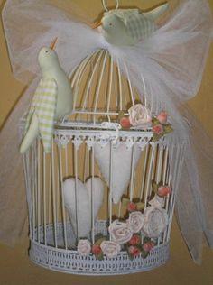 Gaiola metálica decorada    gaiola - 35x25  pássaros - 18x 11 em tecido 100% algodão cores e estampas opcionais  corações - 10x7em lesi branco 100% algodão  flores em tecido - cores opcionais  laço de filó branco    Ideal para decoração de festas de casamento e noivado R$ 180,00