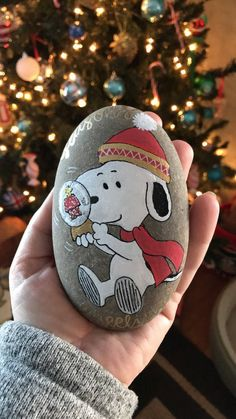 Snoopy with snowglobe woodstock peanuts Charlie Brown Christmas Rock, Charlie Brown Christmas, Christmas Crafts, Grinch Christmas, Christmas Ornament Storage, Painted Christmas Ornaments, Rock Painting Ideas Easy, Rock Painting Designs, Stone Crafts