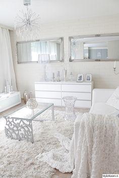 olohuoneen pöytä,diy,valkoinen,sisustus,lipasto,peilit,olohuone