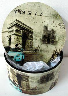 Caixa Redonda (M) - Paris R$45.90  Caixa em madeira MDF, revestida internamente com camurça. É um lindo organizador com a estampa de Paris. Muito útil para guardar vários objetos e decorar ao mesmo tempo, moderno, prático e todos adoram!!!