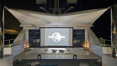 Bono Vox: por dentro do iate de luxo do astro do U2 (Foto: Reprodução/Getty Images)    Construído pela empresa italiana Codecasa, o iate de luxo de Bono Vox, astro da banda irlandesa de rock U2, torna prazerosa uma estadia ao mar. Cyan, como a embarcação é chamada, possui jet skis a bordo, sala de cinema no convés, banheira de hidromassagem, entre outros recursos luxuosos.  saiba mais   O megaiate Indah é o suprassumo do en