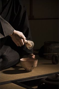 Rotation on Index finger and thumb. Whisk Perpendicular to the body Chai, Chinese Tea Room, Uji Matcha, Japan Holidays, Tea Culture, Japanese Tea Ceremony, Tea Art, My Cup Of Tea, Tea Recipes