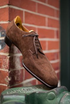 Spigola by Koji Suzuki, coffee suede shoes. Gents Shoes, Gentleman Shoes, Suede Leather Shoes, Soft Leather, Hot Shoes, Shoes Men, Dream Shoes, Formal Shoes, Luxury Shoes