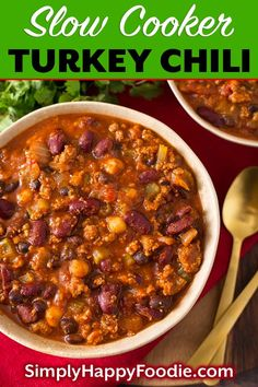 This delicious Slow Cooker Turkey Chili Recipe has ground turkey, beans, veggies, & spices all loaded into the slow cooker to make the best crock pot turkey chili recipe. Crock pot turkey chili is a d Slow Cooker Chili, Slow Cooker Recipes, Crockpot Recipes, Slow Cooker Turkey Chilli, Healthy Turkey Chili, Crockpot Ground Turkey Recipes, Ground Turkey Slow Cooker, Ground Turkey Chili Recipe Crockpot, Crock Pot Chili
