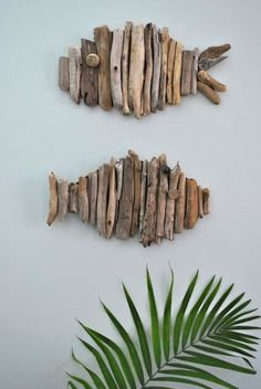 Driftwood Fish Tutorial Don't you just love driftwood projects? I just moved to the pacific northwest so I'm only about 30 minutes away from great places to find driftwood. Zoe from Creative in Chicago … Beach Crafts, Diy And Crafts, Arts And Crafts, Seashell Crafts, Beach Themed Crafts, Simple Crafts, Simple Art, Rustic Wall Art, Rustic Walls