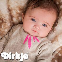 Zo zacht als een veertje, zo lief! Dit shirt vind je in de nieuwe Dirkje wintercollectie 2016/2017 van Dirkje Babywear. #dirkje #babykleding #wintercollectie #roze #dirkjebabywear #meisjes #veren #grijs