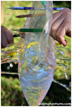 El experimento de la bolsa de agua atravesada por lápices!   Material: bolsa plástica Cplok, agua y lápices bien afilados! Cuando los niños traspasen la bolsa de agua que lo hagan despacio de un lado al otro y ni una gota de agua se derramara! Que se diviertan! Saludos, YOBANI CABRERA