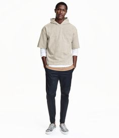 STUDIO COLLECTION. Hooded top in sweatshirt fabric made from a cotton blend containing some linen. The top is in a loose fit with dropped shoulders and short, raw-edge sleeves.