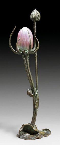 BOUVAL, MAURICE. (1863 - 1920). 'CHARDON' TABLE LAMP, circa 1900. Bronze with green patina. Pink glass paste shade. Signed M. Bouval. H 54 cm. BOUVAL, MAURICE (1863 - 1920) LAMPE DE TABLE 'Chardon', vers 1900 Bronze à patine verte avec abat-jour en pâte-de-verre rose. En forme de chardon. Signé M. Bouval. H 54 cm.