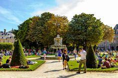 A Place des Vosges é muito procurada nos dias de sol