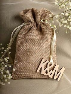 Natural Rustic Burlap Wedding Favor Bag Wedding by DecorisWedding Wedding Favors And Gifts, Custom Wedding Gifts, Wedding Favor Bags, Burlap Bags, Jute Bags, Burlap Crafts, Diy Crafts, Gift Bags, Wedding Cards
