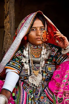Portrait of a woman from the Marwada Meghwal Harijan tribe wearing traditional clothing and a large golden wedding ring through her nose in the village of Hodka, located roughly from Bhuj in the Kutch District We Are The World, People Of The World, Tribal People, India Colors, India People, Folk Costume, World Cultures, Textiles, Traditional Dresses