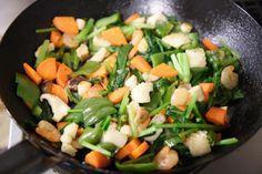家で野菜炒めやゴーヤチャンプルーなどの炒めものを作るとき、「どうせ炒めるんだから一緒でしょ」と材料を一気に全部入れてしまってはいけません。炒めものを上手に仕上げるためには材料をフライパンに入れる順番が大切です。 最初は香味野菜から まず最初にフライパンに入れるのは、細かく切ったネギやショウガ、ニンニクといった香味野菜。これを低温の油でじっくり炒めることで、油に香りを移します。 材料は同じ大きさにカット これができたところで炒める材料を入れていきます。このとき、材料の大きさはある程度揃えておくこともポイントです。大きさがバラバラだと火の通りが均一になりませんし、見た目もイマイチな仕上がりに。 肉…