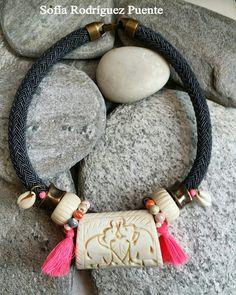 Gargantilla de cordón y piezas de hueso #cuentasymaña #handmade #collares #boho