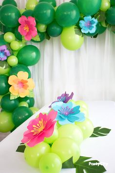 aloha party This hibiscus themed balloon decoration packs major flower power. Your party style will be in full bloom! No helium needed. Aloha Party, Hawai Party, Beach Party, Moana Birthday Party Theme, Luau Theme Party, Moana Theme, Hawaiian Birthday, Luau Birthday, Flamingo Party