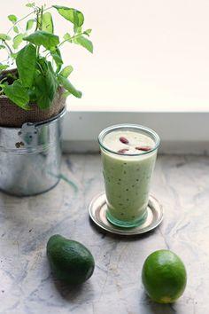 Avocado kiwi smoothie // lumo lifestyle Kiwi Smoothie, Smoothies, Avocado, Juices, Cantaloupe, Lime, Lifestyle, Fruit, Food