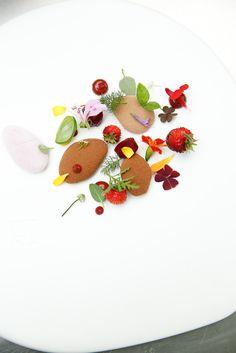 "Behind the scene ""A sweet walk through the garden"" @Gertdemangeleer #flowers #CacaoBarry #Creativeday #Purityfromnature #chocolate"