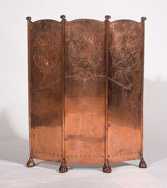 ca 1895 English fire screen; three-fold adjustable copper screen incised with foliate Art Nouveau decoration, & raised on stylized paw feet. Copper Rose, Copper And Brass, Antique Copper, Bronze, Rose Gold, Color Cobrizo, Art Nouveau, Dressing Screen, Muebles Art Deco