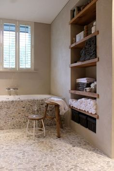 jolie salle de bain avec cailloux decoratifs beiges, carrelage galet