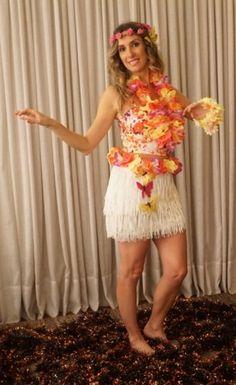 Havaiana. Criatividade+Improviso nesse carnaval. Confira algumas ideias para vc mesma fazer sua fantasia! Sweet 16 Outfits, Luau Outfits, Summer Dress Outfits, Themed Outfits, Adult Luau Party, Luau Pool Parties, Aloha Party, Havana Nights Party, Luau Theme
