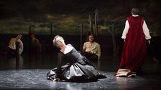 Dans une mise en scène de Denis Podalydès, Guillaume Gallienne joue le rôle de Lucrèce Borgia, une femme hors normes, sur la scène de la Comédie-Française à Paris.