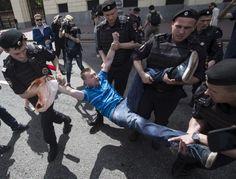 Mosca, il gay pride bloccato da polizia, nazionalisti e tifosi di calcio